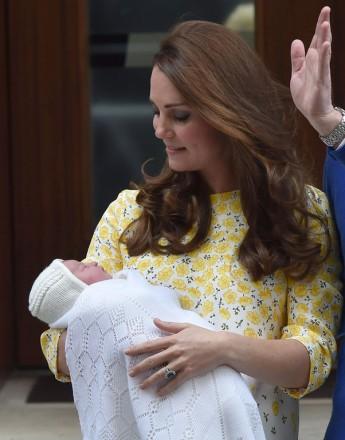 Le prince William, la duchesse de Cambridge, Catherine Kate Middleton,  et leur fille, la princesse Charlotte de Cambridge, posent devant l'hôpital St-Mary de Londres où elle a accouché le matin même. 2 Mai 2015